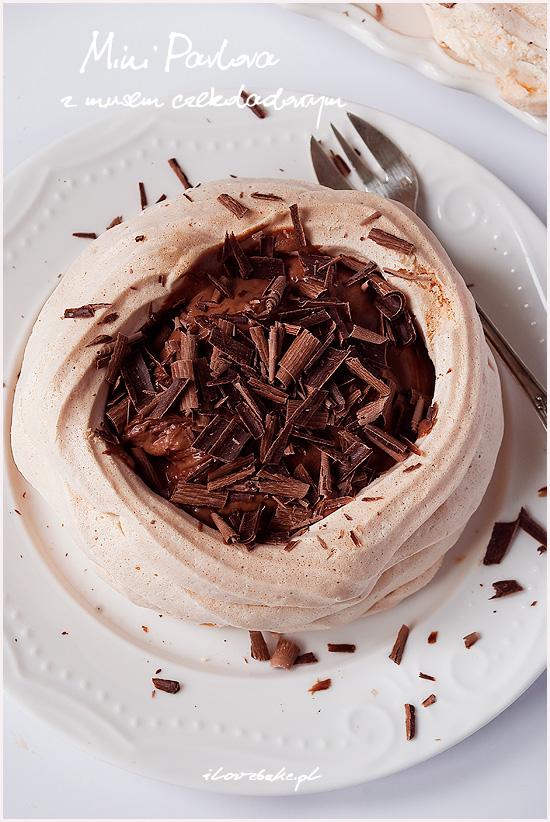 mini pavlova z musem czekoladowym