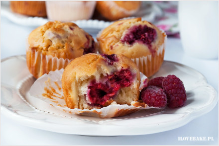 muffinki z malinami i białą czekoladą