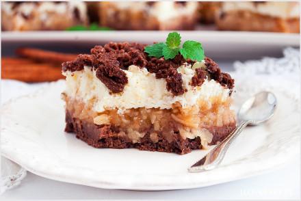 kakaowe-ciasto-z-budyniową-pianka-i-jabłkami-8