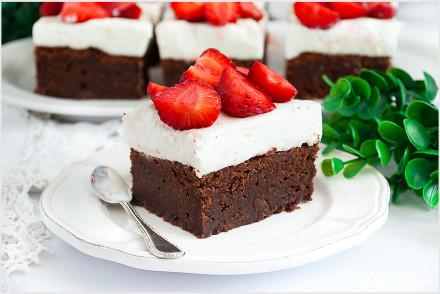 Brownie z truskawkami i kremem-5